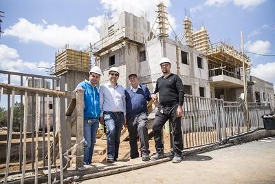 משפחת ג'אברין על רקע הפרויקט אותו הם בונים בחריש